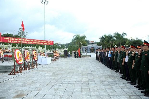 Truy dieu, an tang hai cot liet sy quan tinh nguyen Viet Nam tai Lao hinh anh 2