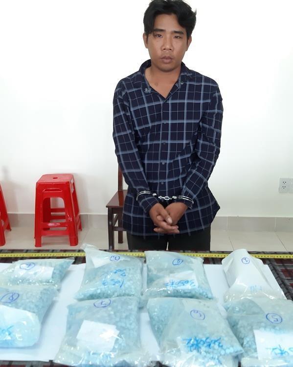 Bat qua tang doi tuong van chuyen trai phep hon 7,2kg ma tuy tong hop hinh anh 2