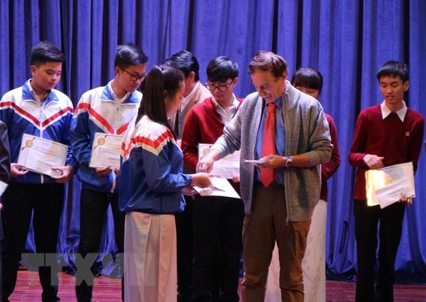 Trao hoc bong Vallet cho hoc sinh xuat sac o mien Trung, Tay Nguyen hinh anh 1