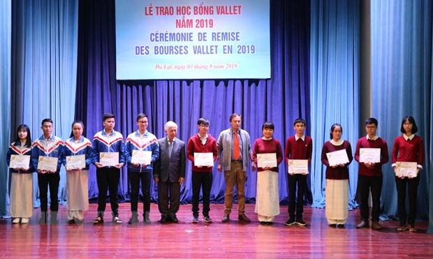 Trao hoc bong Vallet cho hoc sinh xuat sac o mien Trung, Tay Nguyen hinh anh 2