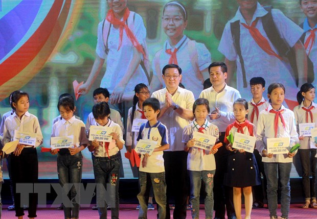 PTT Vuong Dinh Hue dong hanh cung chuong trinh Tiep suc den truong hinh anh 1