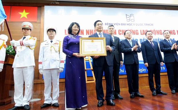 Benh vien Dai hoc Y duoc TP.HCM nhan Huan chuong Lao dong Hang Nhat hinh anh 1