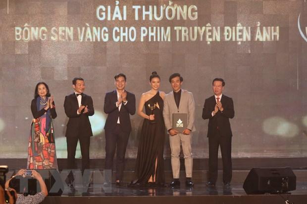 Ông Võ Văn Thưởng, Ủy viên Bộ Chính trị, Bí thư Trung ương Đảng, Trưởng Ban Tuyên giáo Trung ương trao giải thưởng Bông sen Vàng cho thể loại phim truyện Điện ảnh. (Ảnh: TTXVN)