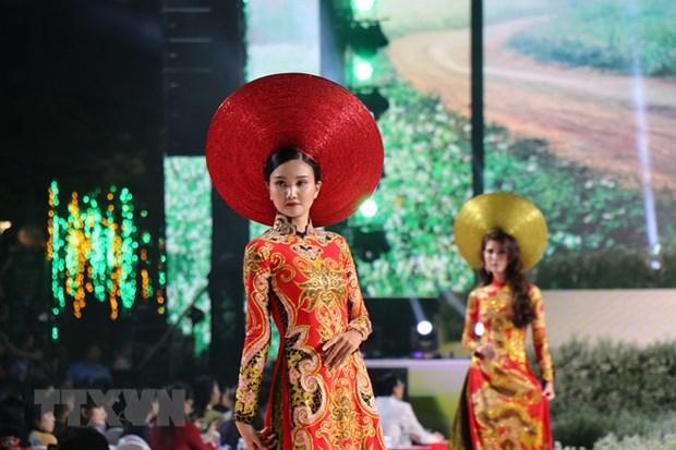 Ao dai: Bieu tuong van hoa gan voi hinh tuong phu nu Viet Nam hinh anh 2