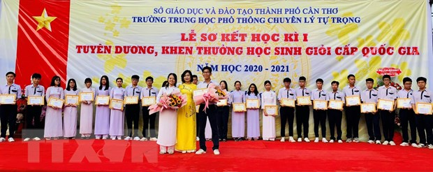 Hoc sinh Can Tho xep thu nhat ca nuoc mon tieng Anh, tieng Phap hinh anh 1