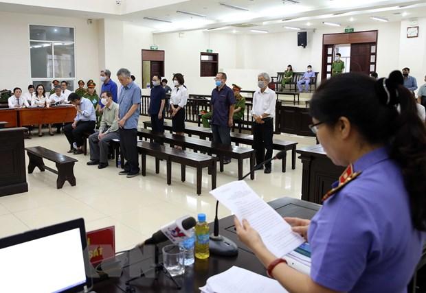 Đại diện Viện Kiểm sát trình bày bản luận tội và đề nghị mức án đối với từng bị cáo. (Ảnh: Phạm Kiên/TTXVN)