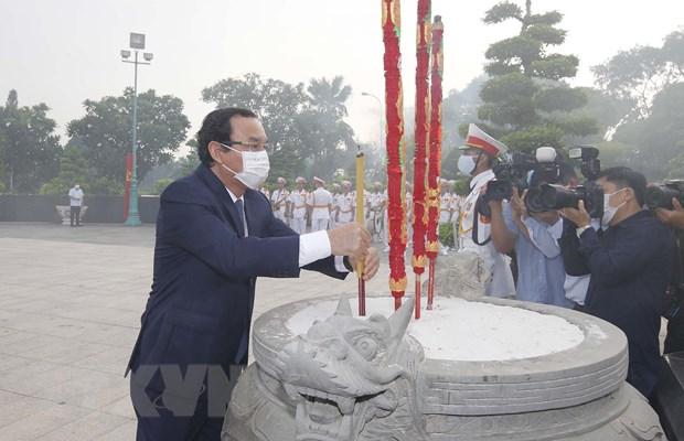 Dang huong, dang hoa tuong nho Chu tich Ho Chi Minh va cac liet sy hinh anh 1