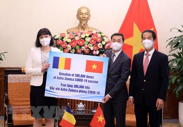 Viet Nam tiep nhan 300.000 lieu vaccine do Romania trao tang hinh anh 1