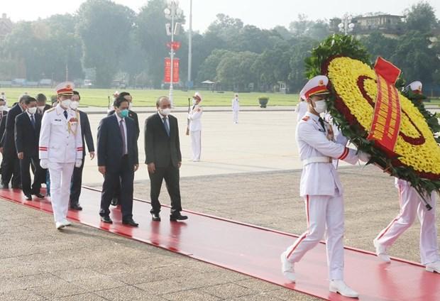 Các lãnh đạo, nguyên lãnh đạo Đảng, Nhà nước tưởng niệm Chủ tịch Hồ Chí Minh. (Ảnh: Lâm Khánh/TTXVN)