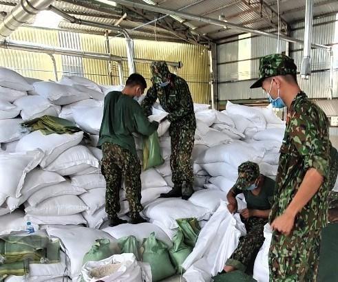 Lực lượng quân đội chuẩn bị lương thực để phát cho người dân trong khu vực bị phong tỏa. (Ảnh: TTXVN phát)