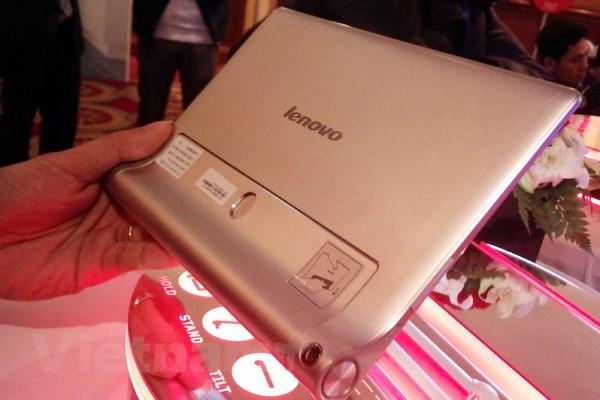 May tinh bang tich hop may chieu dau tien cua Lenovo len ke hinh anh 2