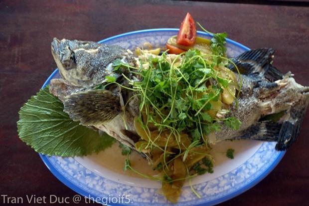 Bo truong Truong Minh Tuan moi cac nha bao an hai san Quang Binh hinh anh 3