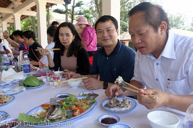 Bo truong Truong Minh Tuan moi cac nha bao an hai san Quang Binh hinh anh 1