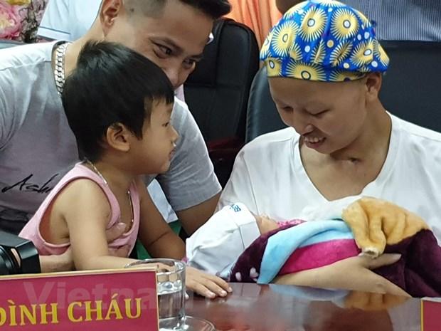 Dieu ky dieu: San phu ung thu giai doan cuoi be con trai xuat vien hinh anh 1
