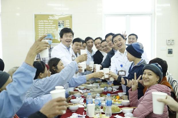 Xuc dong bua com tat nien cung nguoi benh ung thu tai benh vien hinh anh 2