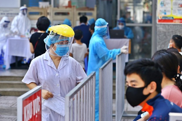 Người dân Hà Nội từ Đà Nẵng về chờ lấy mẫu xét nghiệm RT-PCR. (Ảnh: Minh Quyết/TTXVN)