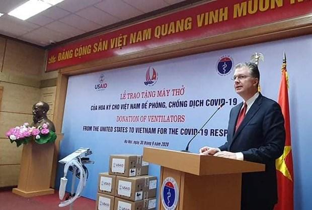 Hoa Ky trao tang Viet Nam 100 may tho ho tro phong, chong COVID-19 hinh anh 1