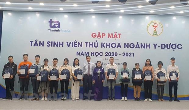 Gap mat tan sinh vien thu khoa nganh y duoc nam hoc 2019-2020 hinh anh 1