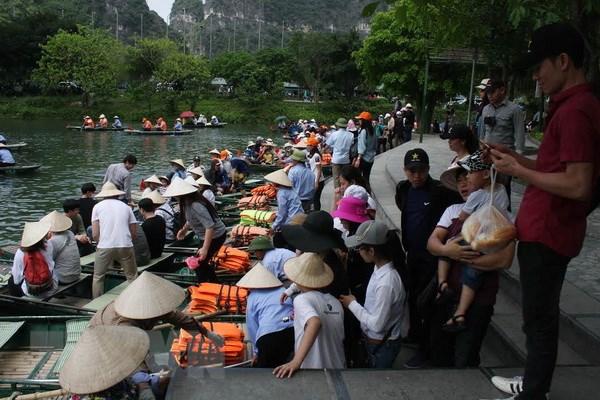Khach du lich do xo den Ninh Binh trong dip nghi le 30/4 hinh anh 1