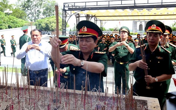 Bo truong Ngo Xuan Lich dang huong, tri an cac anh hung liet sy hinh anh 2