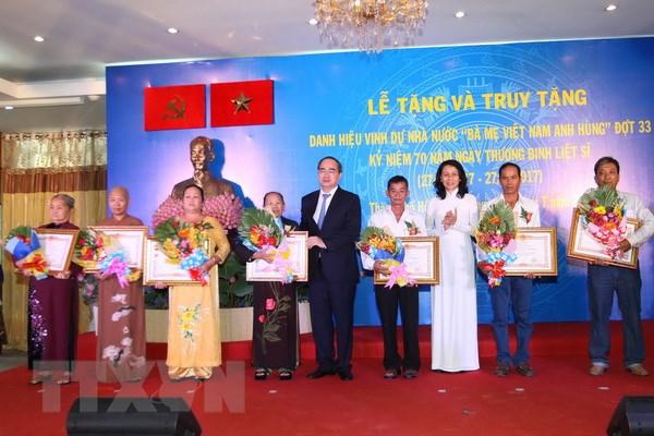 TP.HCM trao tang va truy tang danh hieu Ba me Viet Nam Anh hung hinh anh 1
