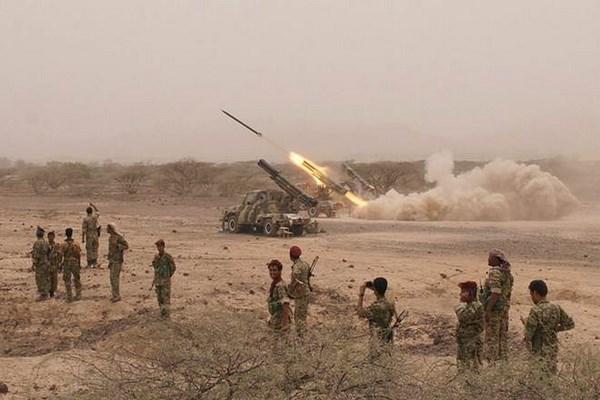Phien quan Houthi phong ten lua vao can cu khong quan cua Saudi Arabia hinh anh 1