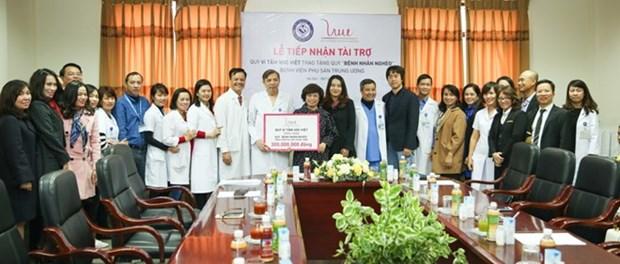 Quy Vi Tam voc Viet trao tang 300 trieu dong cho benh nhan ngheo hinh anh 1