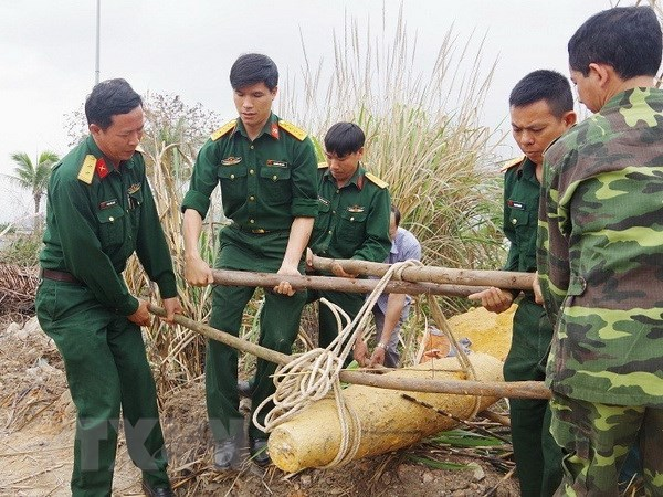 Quang Ninh: Di tap the duc, phat hien qua bom nang gan 250kg hinh anh 1