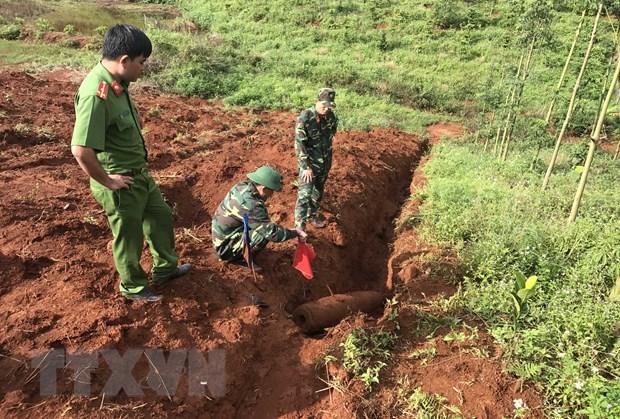 Dak Nong huy no an toan ba qua bom trong luong hon 200kg hinh anh 1