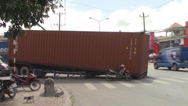 Binh Duong: Container roi giua duong khien nguoi dan hoang loan hinh anh 1