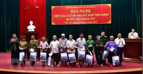 Pho Chu tich Quoc hoi Tong Thi Phong tiep xuc cu tri tai Son La hinh anh 2
