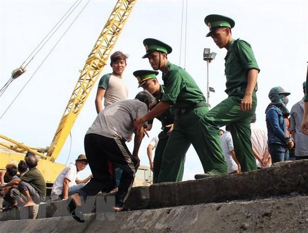 Quang Ngai: Kip thoi cuu hai thuyen vien tren tau ca bi chim hinh anh 1