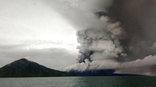 Indonesia nang muc canh bao hoat dong cua nui lua Anak Krakatau hinh anh 1