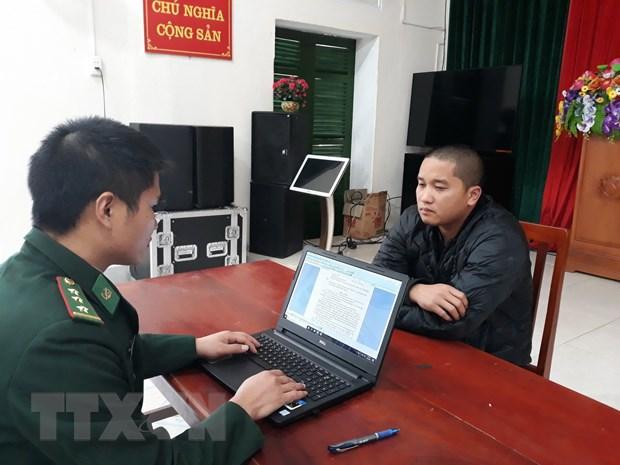 Quang Ninh: Bat giu doi tuong van chuyen gan 1.200 chai ruou nhap lau hinh anh 1