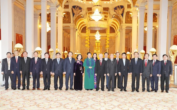 Tổng Bí thư, Chủ tịch nước Nguyễn Phú Trọng và Quốc vương Campuchia Norodom Sihamoni chụp ảnh chung với các đại biểu. Ảnh: Trí Dũng/TTXVN