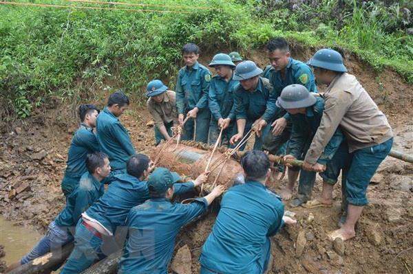 Quang Binh: Phat hien qua bom nang 350kg duoi mong nha dan hinh anh 1