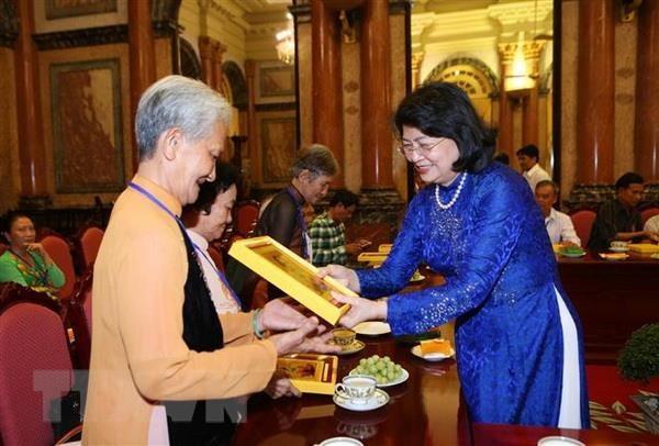 Pho Chu tich nuoc tiep doan dai bieu nguoi co cong tinh Vinh Long hinh anh 1