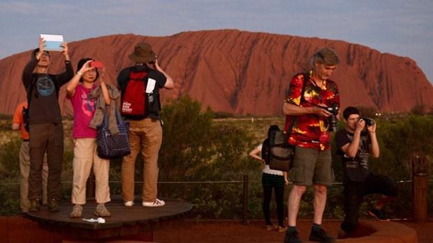 Australia: Du khach do xo len nui Uluru truoc khi bi dong cua hinh anh 1