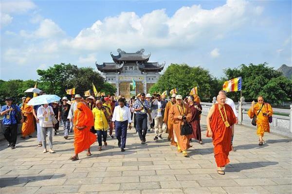 Dai bieu du Dai le Vesak 2019 tham quan tai tinh Ninh Binh hinh anh 2