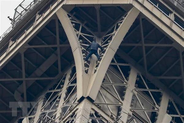 Phap bat giu doi tuong treo len Thap Eiffel va co thu trong hon 6 gio hinh anh 1
