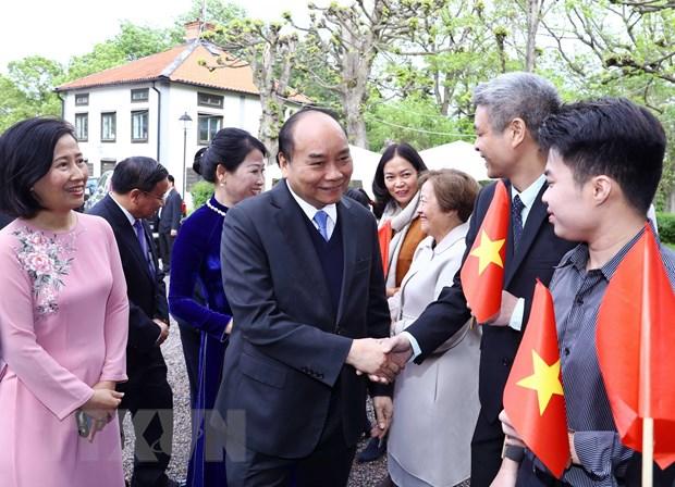 Thu tuong tham Dai su quan va cong dong nguoi Viet tai Thuy Dien hinh anh 1