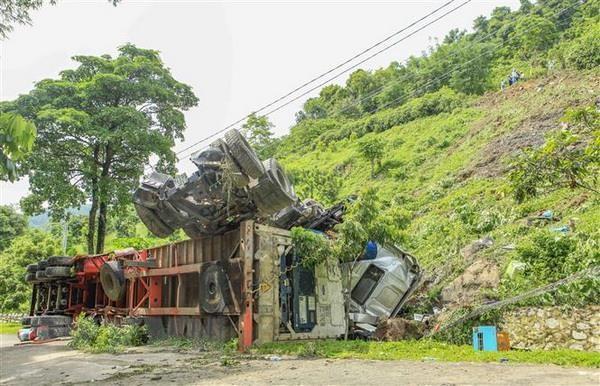 Dien Bien: Mat phanh, xe container lao xuong vuc sau hon 60m hinh anh 1
