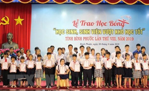Binh Phuoc trao hon 300 suat hoc bong cho hoc sinh, sinh vien vuot kho hinh anh 1