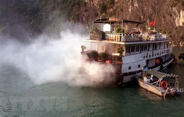 Quang Ninh: Chay tau du lich dang neo dau tren vinh Ha Long hinh anh 1