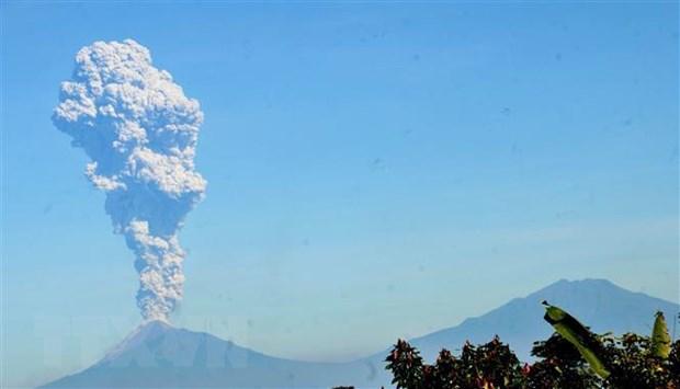 Indonesia: Nui lua Merapi phun trao, cot khoi boc cao 3km hinh anh 1