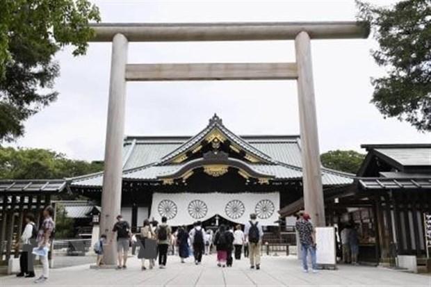 Them mot bo truong va gan 100 nghi sy Nhat Ban vieng den Yasukuni hinh anh 1