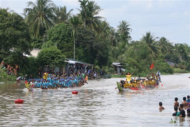 Dong bao dan toc Khmer phan khoi don le hoi Ooc Om Boc hinh anh 1
