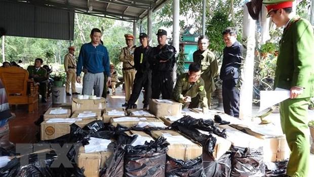 Quang Binh: Bat giu 2 bo con tang tru trai phep gan 1 tan phao hinh anh 1