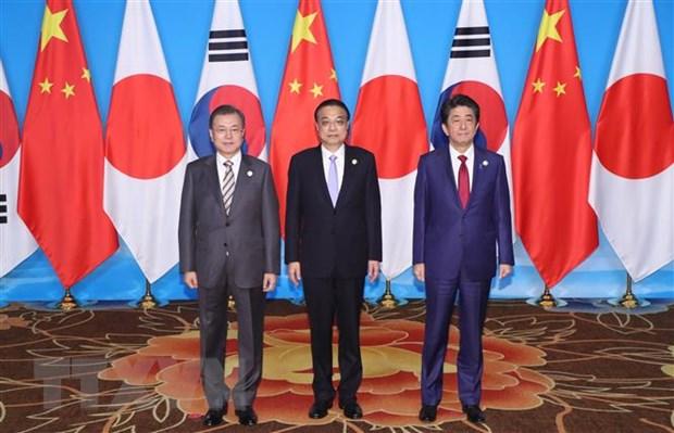 Tổng thống Hàn Quốc Moon Jae-in, Thủ tướng Trung Quốc Lý Khắc Cường và Thủ tướng Nhật Bản Shinzo Abe tại cuộc họp báo chung ở Thành Đô, Trung Quốc. Ảnh: Yonhap/TTXVN