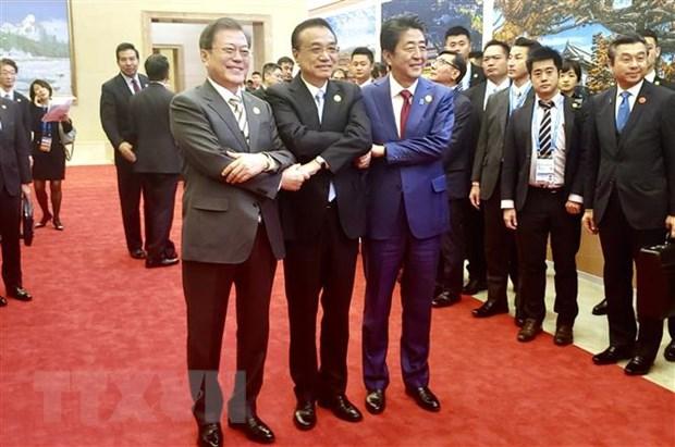 Tổng thống Hàn Quốc Moon Jae-in, Thủ tướng Trung Quốc Lý Khắc Cường và Thủ tướng Nhật Bản Shinzo Abe tại cuộc họp báo chung ở Thành Đô, Trung Quốc. (Ảnh: Yonhap/TTXVN)